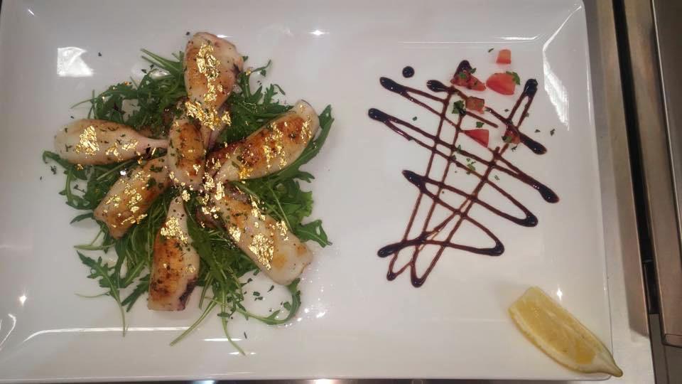 Calamaretti alla griglia con oro alimentare Goldeat