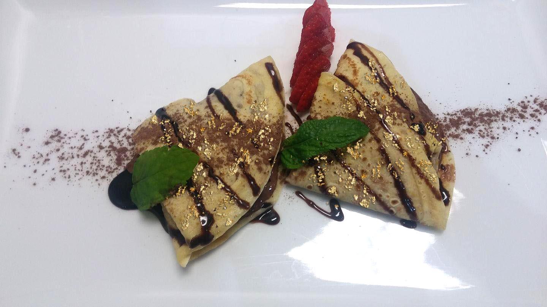 Crepes al cioccolato caldo con oro alimentare Goldeat