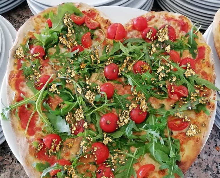 Pizza pomod'oro and rucola