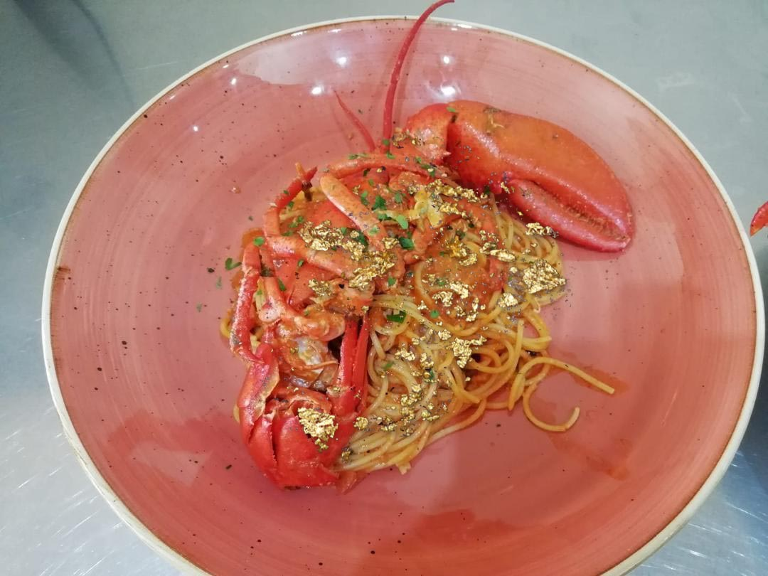 Spaghetti all'astice con oro alimentare Goldeat
